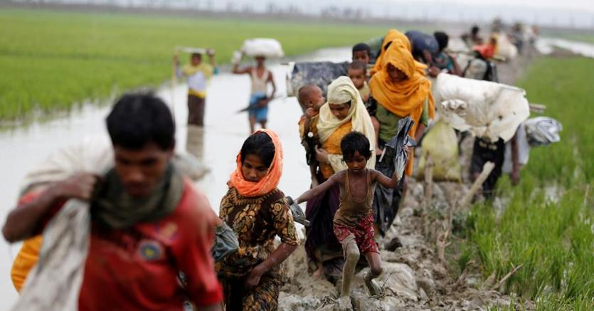 Profughi rohingya in fuga verso il Bnagladesh